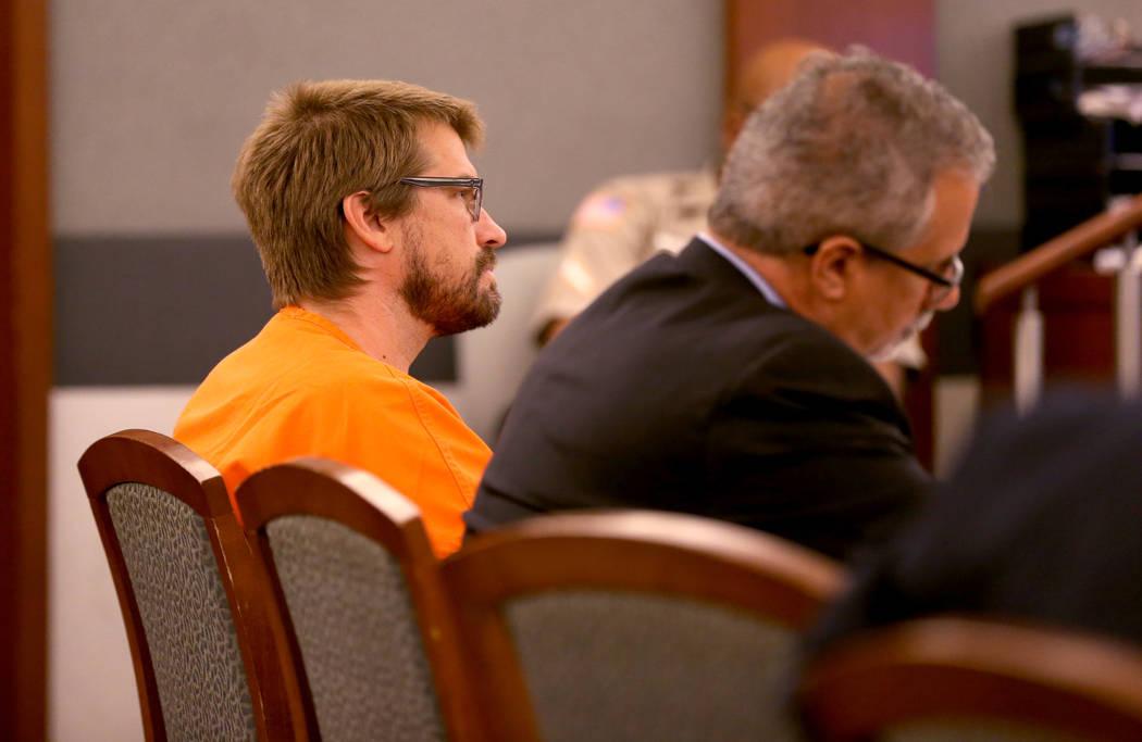 Jeremy Strohmeyer, quien abusó sexualmente y mató a Sherrice Iverson, de 7 años, en un baño del casino de Primm hace 21 años, escucha el testimonio durante una audiencia en el Centro de Justi ...