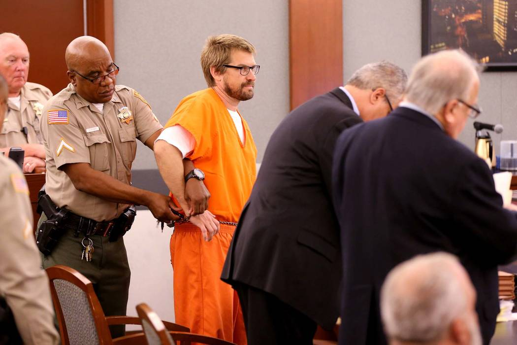 Jeremy Strohmeyer, declarado culpable de agredir sexualmente y matar a Sherrice Iverson, de 7 años, en un baño del casino de Primm hace 20 años, tiene su mano derecha liberada para tomar notas ...