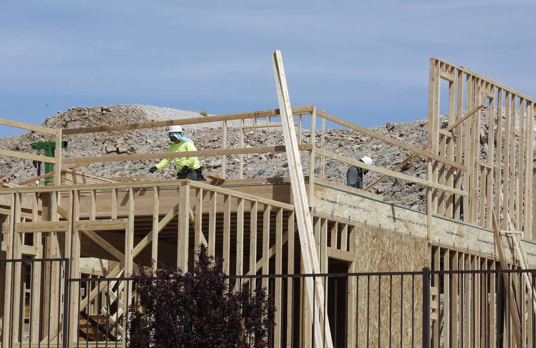 Trabajadores construyen nuevas viviendas en Cove, Southern Highlands y St. Rose, el miércoles 18 de abril de 2018 en Las Vegas. Bizuayehu Tesfaye / Las Vegas Review-Journal @bizutesfaye