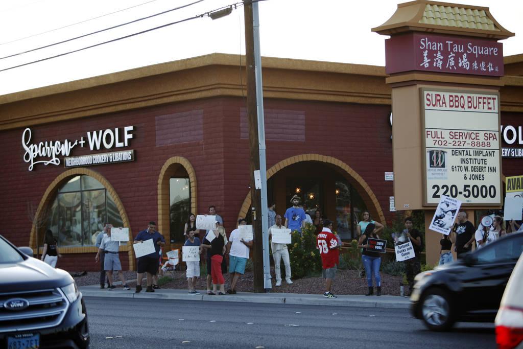 Los manifestantes de Animal Action Las Vegas, un grupo vegano, protestan contra las prácticas de Sparrow + Wolf en Las Vegas, el domingo 22 de julio de 2018. (Rachel Aston / Las Vegas Review-Jour ...
