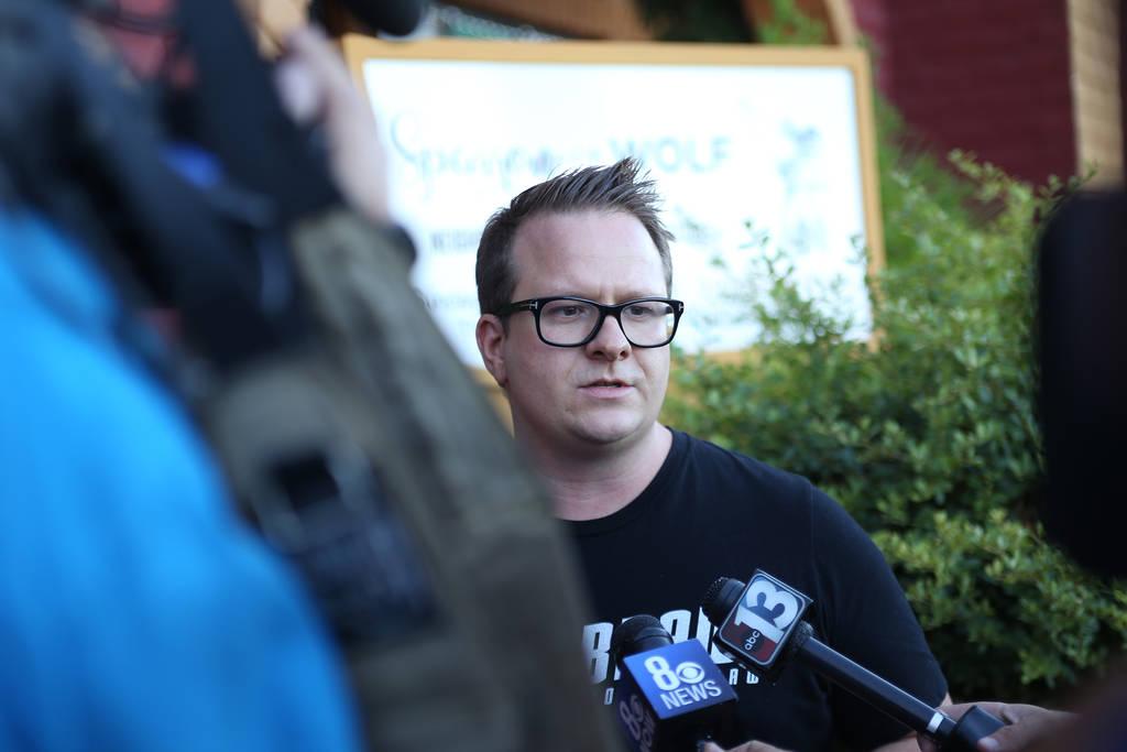 El chef Brian Howard de Sparrow + Wolf habla con los medios sobre la protesta de Animal Action Las Vegas en Las Vegas, el domingo 22 de julio de 2018. El grupo protesta por las prácticas del rest ...