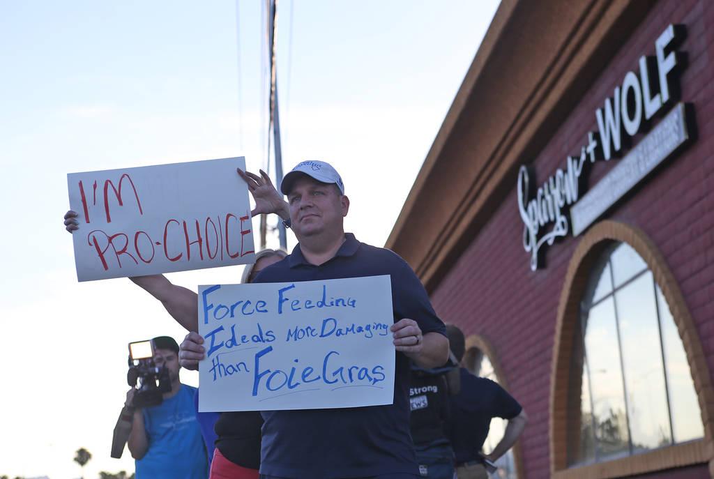 Corey Harwell muestra su apoyo con otros para Sparrow + Wolf mientras el grupo vegano Animal Action Las Vegas protesta por las prácticas del restaurante en Las Vegas, el domingo 22 de julio de 20 ...