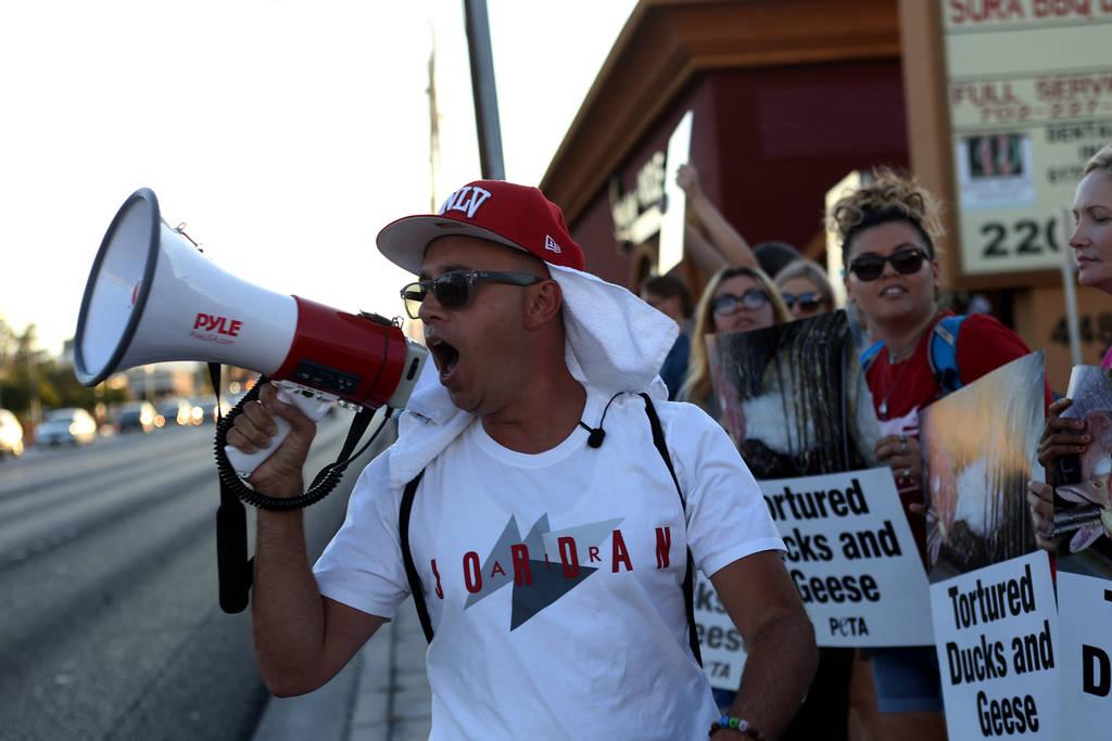 Darren Lara, un co-organizador de Animal Action Las Vegas, un grupo vegano, habla con los medios sobre su protesta de las prácticas de Sparrow + Wolf en Las Vegas, el domingo 22 de julio de 2018. ...