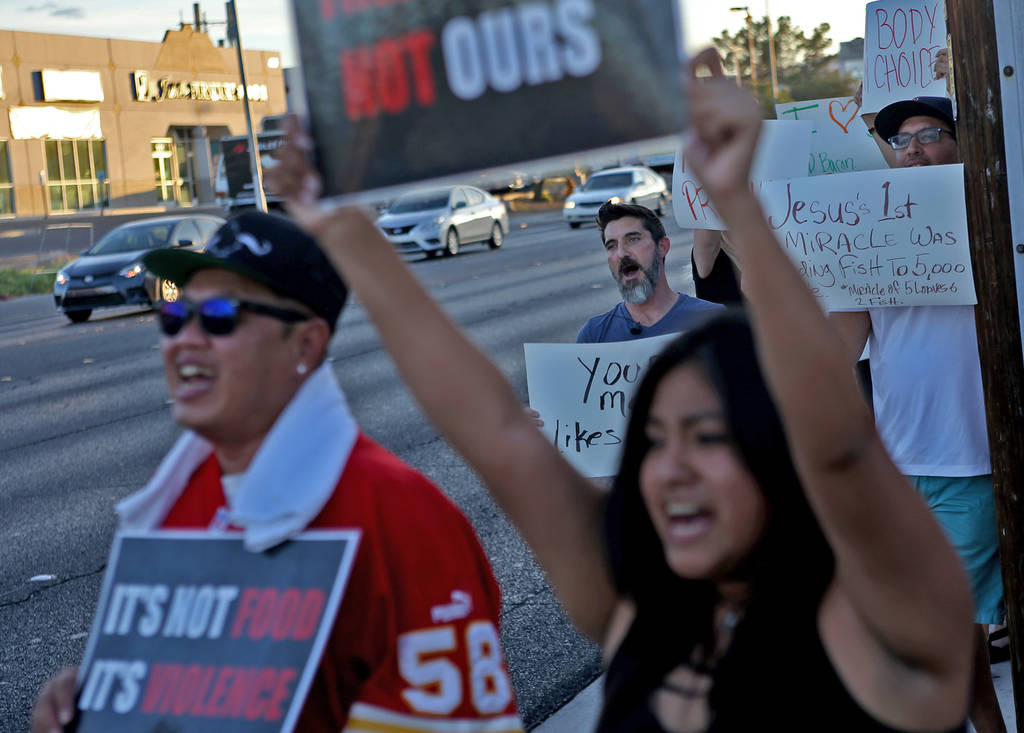 Los manifestantes de Animal Action Las Vegas, un grupo vegano, protestan contra las prácticas de Sparrow + Wolf como partidarios de la protesta del restaurante en Las Vegas, el domingo 22 de juli ...