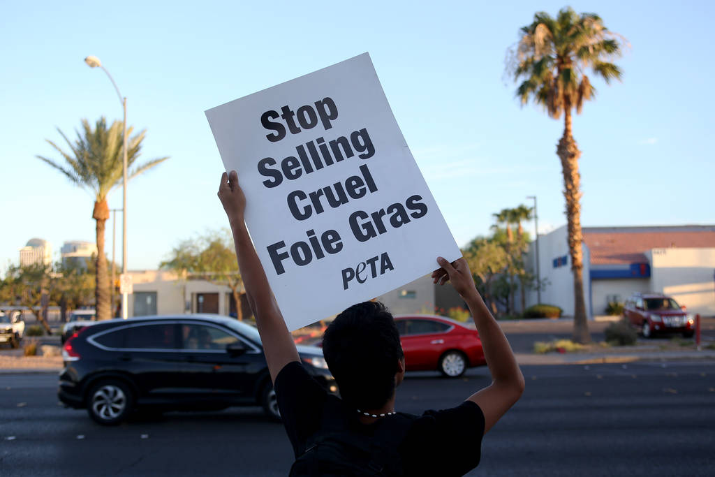 Un manifestante de Animal Action Las Vegas, un grupo vegano, protesta contra las prácticas de Sparrow + Wolf en Las Vegas, el domingo 22 de julio de 2018. (Rachel Aston / Las Vegas Review-Journal ...