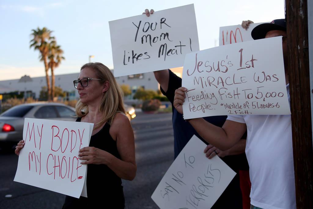 Debbie Wenzl muestra su apoyo a Sparrow + Wolf cuando el grupo vegano Animal Action Las Vegas protesta por las prácticas del restaurante en Las Vegas, el domingo 22 de julio de 2018. (Rachel Asto ...