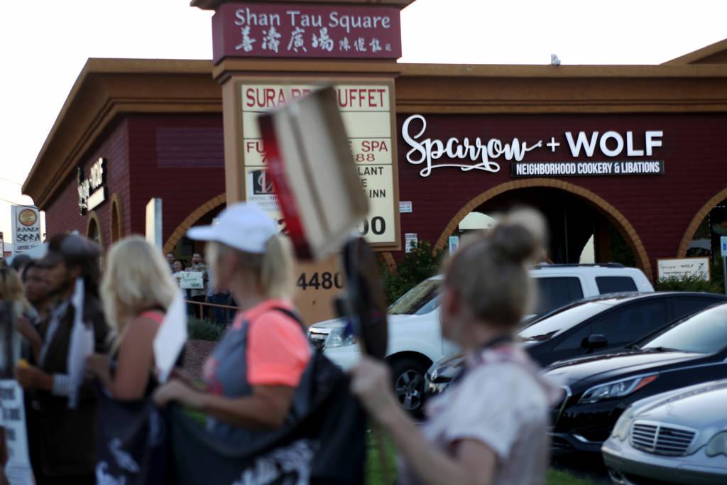 Animal Action Las Vegas, un grupo vegano, protesta por las prácticas de Sparrow + Wolf en Las Vegas, el domingo 22 de julio de 2018. (Rachel Aston / Las Vegas Review-Journal) @rookie__rae