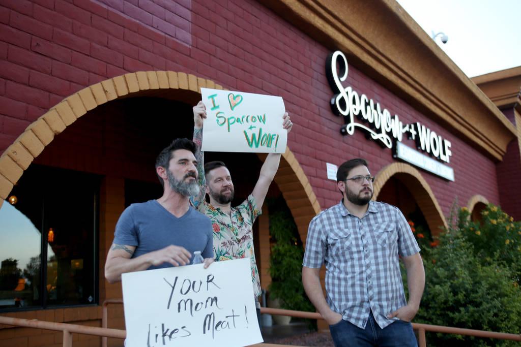 Los partidarios de Sparrow + Wolf, que se negaron a ser nombrados, muestran su apoyo ya que el grupo vegano Animal Action Las Vegas protesta por las prácticas del restaurante en Las Vegas el domi ...
