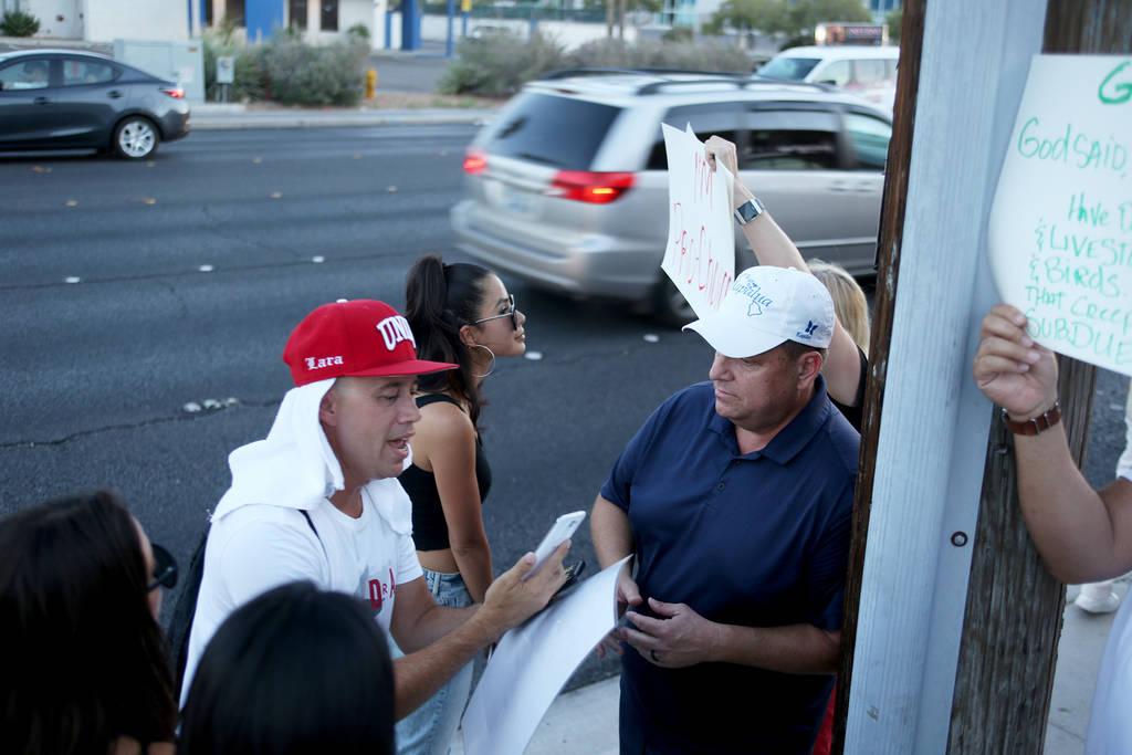 Darren Lara, un co-organizador de Animal Action Las Vegas, un grupo vegano, izquierda, debate con Corey Harwell, a la derecha, un apoyo de Sparrow + Wolf, mientras el grupo protesta por las práct ...