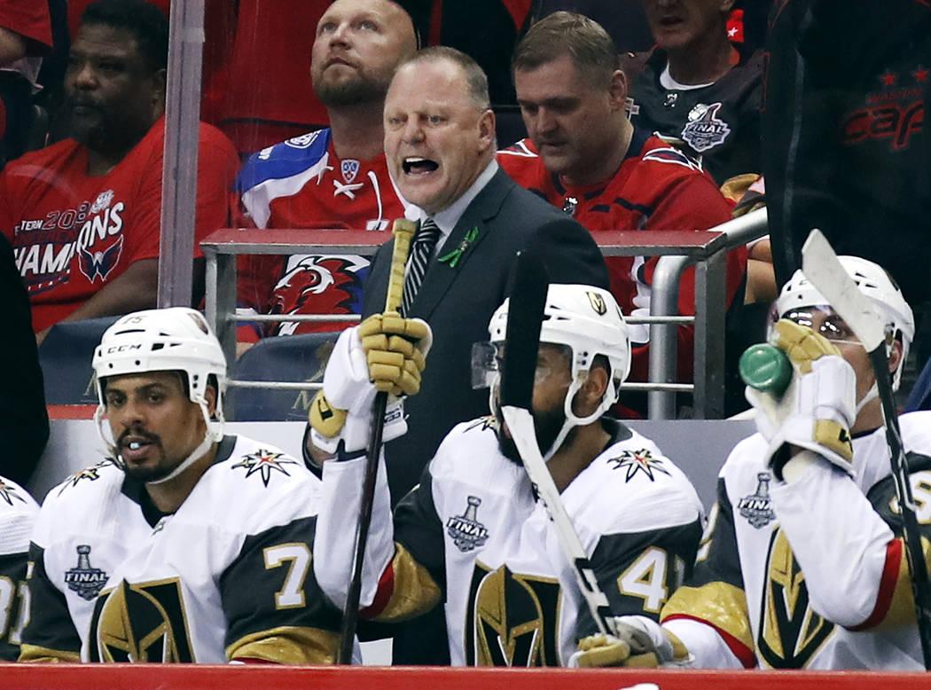 El entrenador en jefe de Vegas Golden Knights, Gerard Gallant, observa desde la banca durante el tercer período en el Juego 4 de la final de la Copa Stanley contra los Washington Capitals, el lun ...