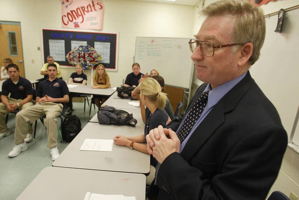 Edward Goldman visita con estudiantes en Coronado H.S. en 2003. (Clint Karlsen / Las Vegas Review-Journal)