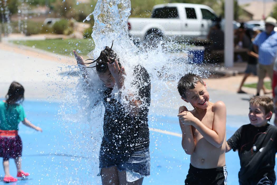 Calicia Márquez, izquierda, de 12 años, y Colby Drohn, de 7, juegan en el tobogán de Gilcrease Brothers Park en Las Vegas, el sábado 23 de junio de 2018. Erik Verduzco Las Vegas Review-Journal ...