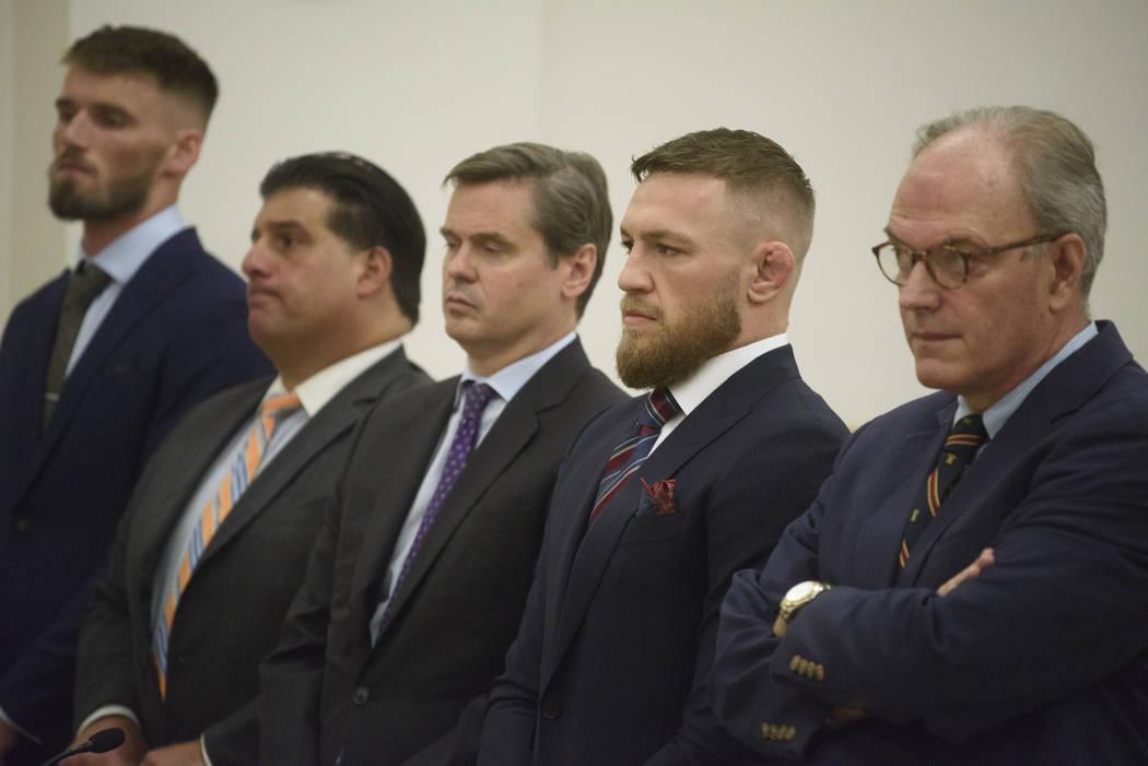 Los luchadores de artes marciales mixtas: Conor McGregor, segundo desde la derecha, y el co-demandado: Cian Cowley, a la izquierda, comparecen ante el tribunal el jueves 26 de julio de 2018 en Nue ...