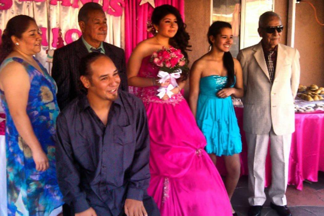 Miguel González-Campos, en el centro del frente, posa con su media hermana, a la izquierda, al padre, a la sobrina, a la hermana Samantha Gómez y al abuelo en una foto sin fecha. González-Campo ...