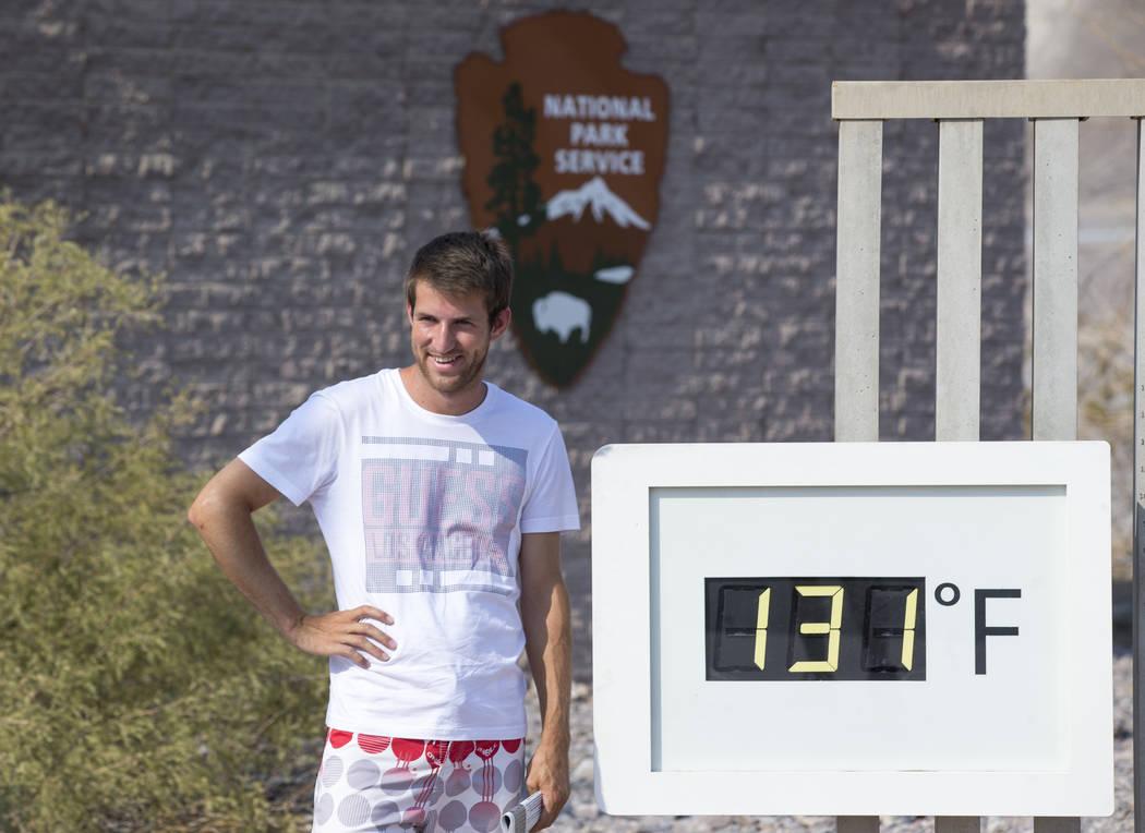 Luuk Broekhaus de los Países Bajos posa en el termómetro del Furnace Creek Visitor Center en el Parque Nacional Death Valley, California, el jueves 26 de julio de 2018. Richard Brian Las Vegas R ...