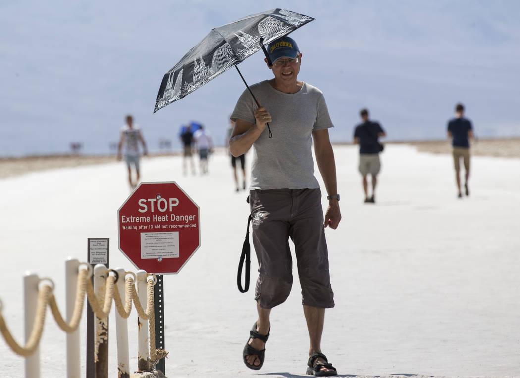 Valeriy Trushevskyy de Alemania visita Badwater Basin, a 282 pies bajo el nivel del mar, en el Parque Nacional Death Valley, California, el jueves 26 de julio de 2018. Richard Brian Las Vegas Revi ...