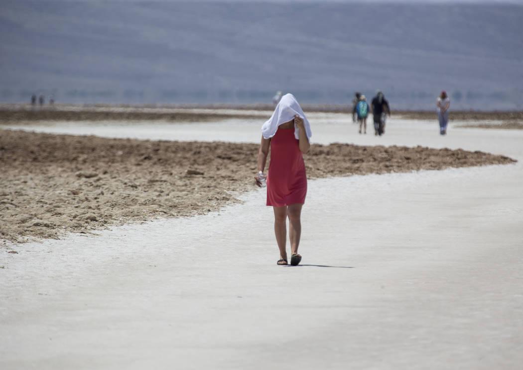 Diana Senci de los Países Bajos visita Badwater Basin, a 282 pies bajo el nivel del mar, en el Parque Nacional Death Valley, California, el jueves 26 de julio de 2018. Richard Brian Las Vegas Rev ...