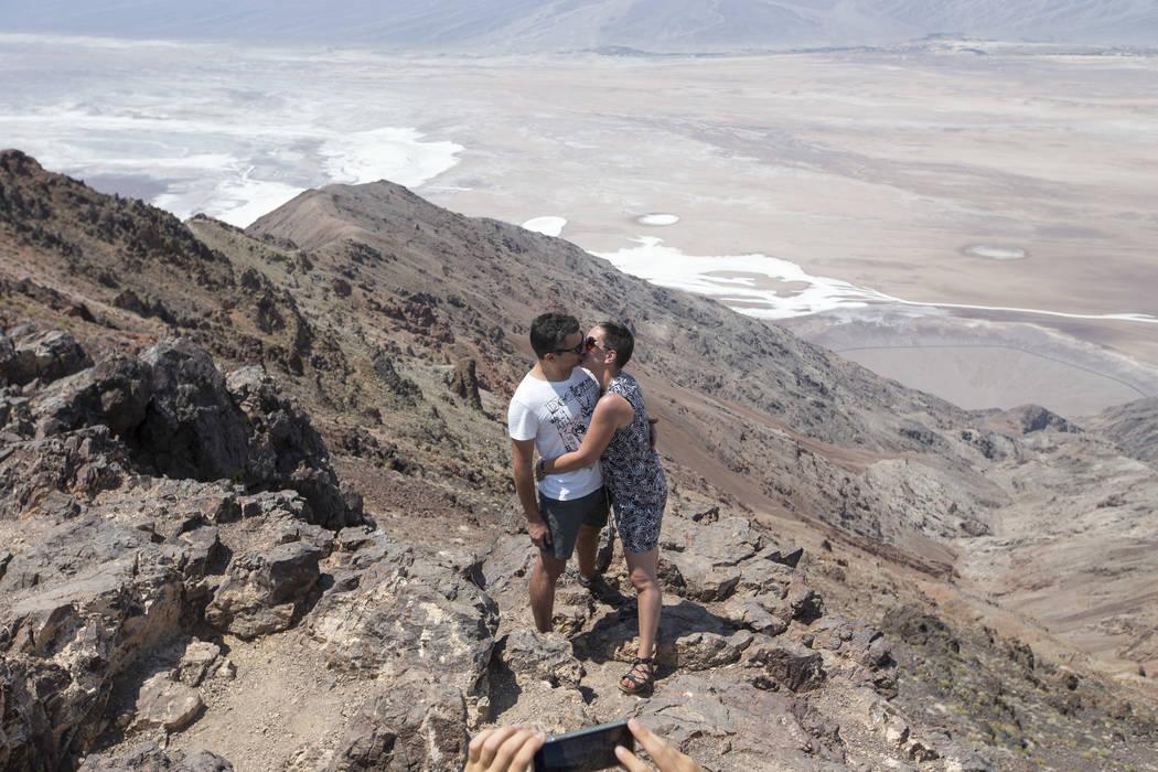 Cecile y Sebastien Abin de Francia comparten un beso en Dante's View, un mirador popular en el Parque Nacional Death Valley, California, el jueves 26 de julio de 2018. Richard Brian Las Vegas Revi ...
