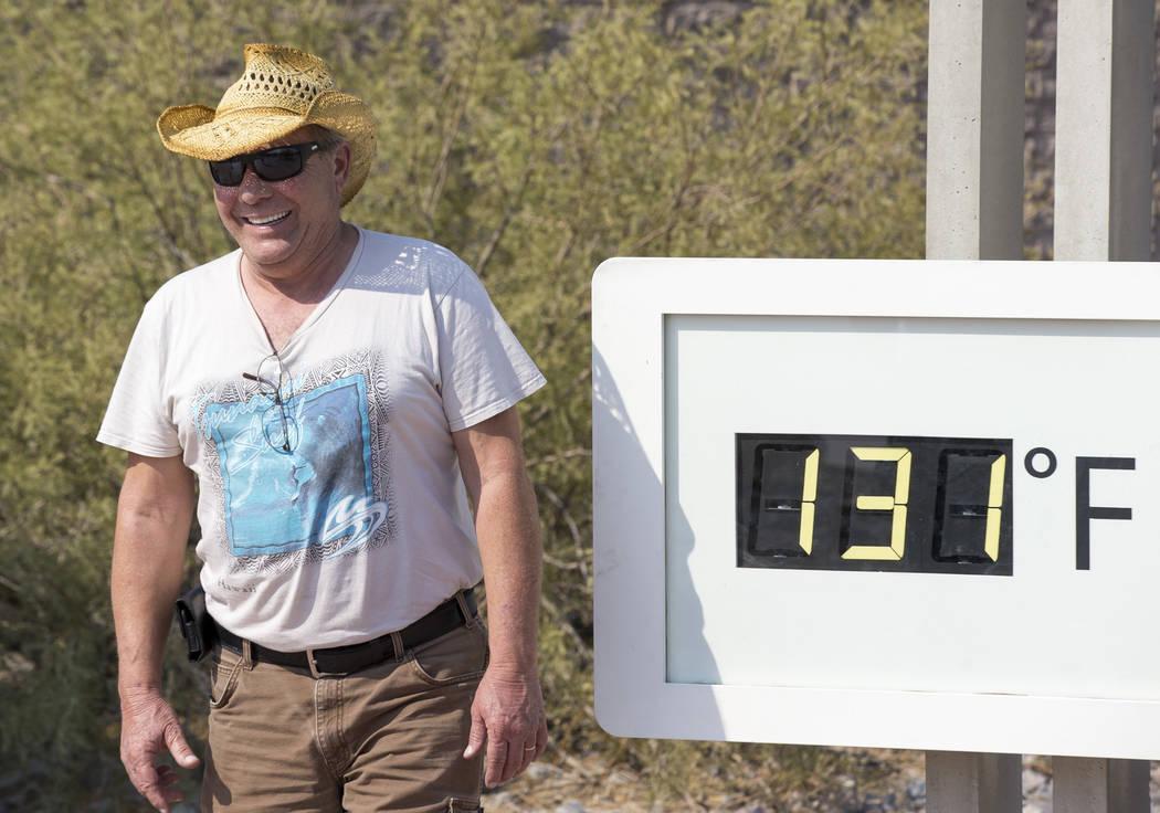 Rich Salvatore de Las Vegas posa en el termómetro Furnace Creek Visitor Center en el Parque Nacional Death Valley, California, el jueves 26 de julio de 2018. La temperatura oficial en el parque a ...