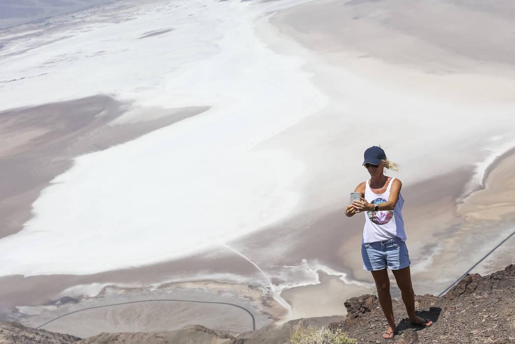 Stephanie Zampin de los Alpes franceses se toma una selfie en Dante's View, un mirador popular en el Parque Nacional Death Valley, California, el jueves 26 de julio de 2018. Richard Brian Las Vega ...