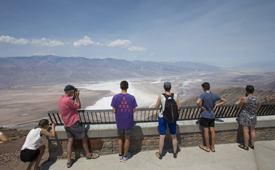 Los visitantes contemplan el paisaje en Dante's View, un mirador popular en el Parque Nacional Death Valley, California, el jueves 26 de julio de 2018. Richard Brian Las Vegas Review-Journal @vega ...