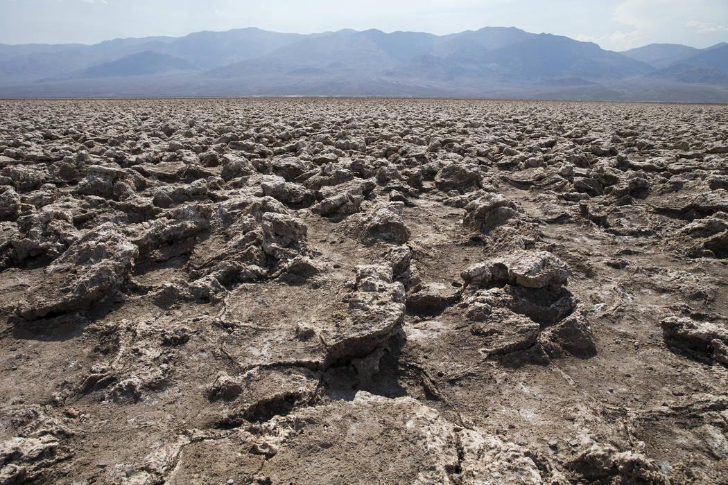 Una vista de las agujas de sal cristalinas como se ve desde el campo de golf Devil's en el Parque Nacional Death Valley, California, el jueves 26 de julio de 2018. Richard Brian Las Vegas Review-J ...