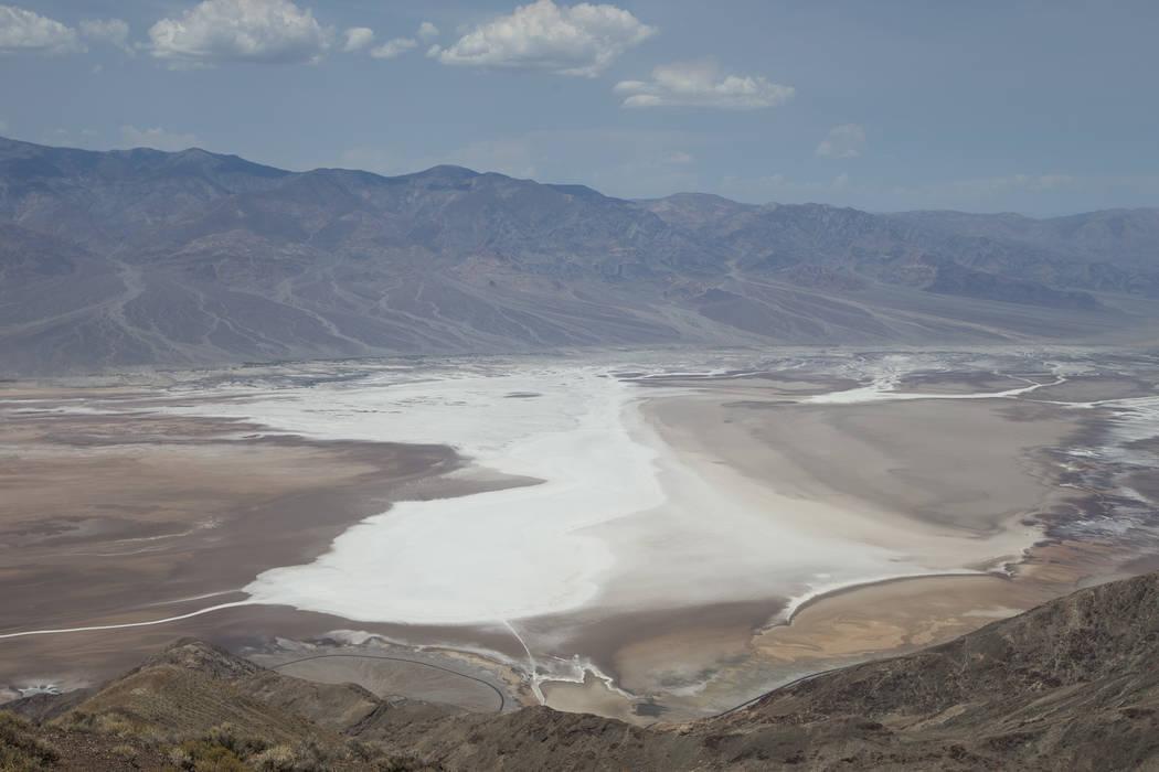 Badwater Basin, 282 pies bajo el nivel del mar, se ve desde el mirador Dante's View en el Parque Nacional Death Valley, California, el jueves 26 de julio de 2018. Richard Brian Las Vegas Review-Jo ...