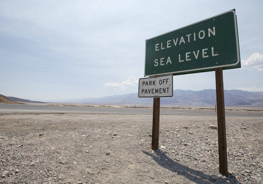 Un letrero que marca el nivel del mar se ve en el lado cerca del Inn en Furnace Creek en el Parque Nacional Death Valley, California, el jueves 26 de julio de 2018. Richard Brian Las Vegas Review- ...