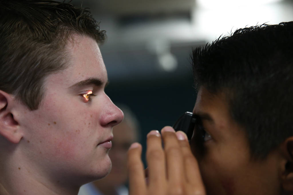 Gunner Negrete, derecha, de 14 años, mira a Andrew Hawkins, de 14, durante CampMED en UNLV en Las Vegas, el viernes 20 de julio de 2018. En CampMED, los estudiantes interesados en el campo de la ...