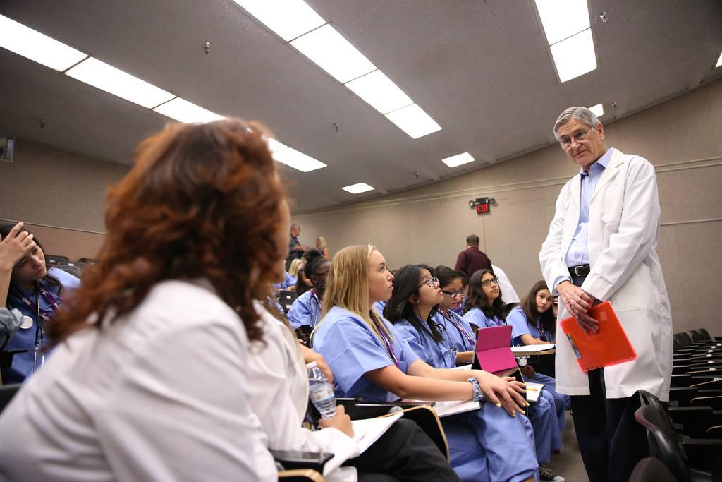 El Dr. Jerry Reeves instruye a los estudiantes durante CampMED en UNLV en Las Vegas, el viernes 20 de julio de 2018. En CampMED, los estudiantes interesados en el campo de la medicina como carrera ...