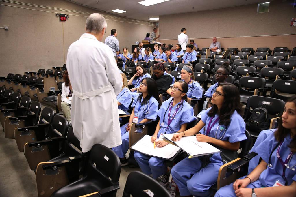 Los estudiantes asisten a CampMED en UNLV en Las Vegas, el viernes 20 de julio de 2018. En CampMED, los estudiantes interesados en el campo de la medicina como carrera asisten a laboratorios y tal ...