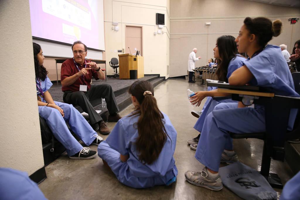 El Dr. Kenneth Osgood instruye a los estudiantes durante CampMED en UNLV en Las Vegas, el viernes 20 de julio de 2018. En CampMED, los estudiantes interesados en el campo de la medicina como carre ...