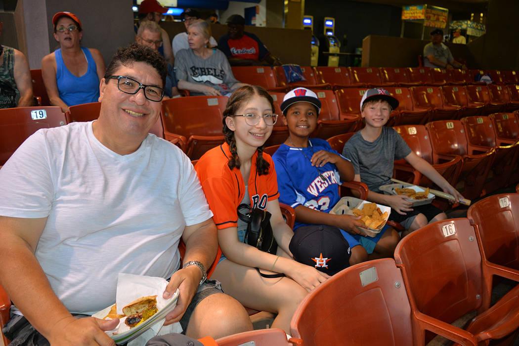 José Luis Meléndrez llevó a sus hijos al estadio para ver el partido de Las Vegas 51's ante Memphis Redbirds. Del 27 al 30 de julio de 2018, en el Cashman Field. Foto Frank Alejandre / El Tiempo.