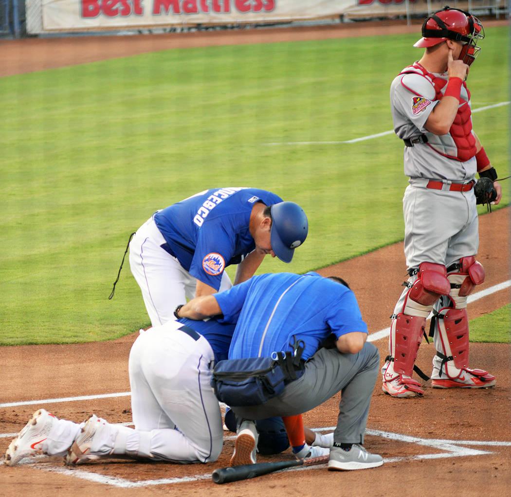 El jugador Dominic Smith (22), primera base de Las Vegas 51's fue golpeado durante un lanzamiento del equipo rival. Afortunadamente no hubo consecuencias. Lo atiende el manager del equipo, Tony ...