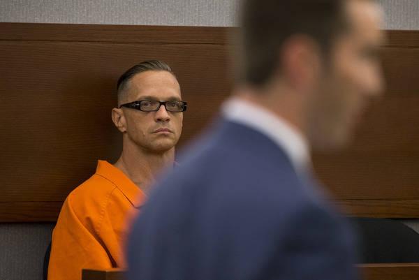 El recluso condenado a cadena perpetua, Scott Dozier, compareció ante la jueza Jennifer Togliatti durante una audiencia sobre su ejecución en el Centro Regional de Justicia en Las Vegas el lunes ...
