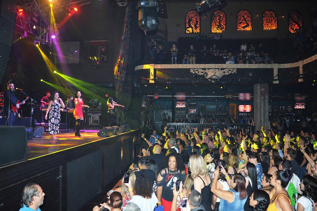 """""""Selena"""" invitó a un grupo de admiradoras a subir al escenario y bailar al ritmo de La carcacha. Jueves 26 de julio de 2018, en el House of Blues. Foto Frank Alejandre / El Tiempo."""