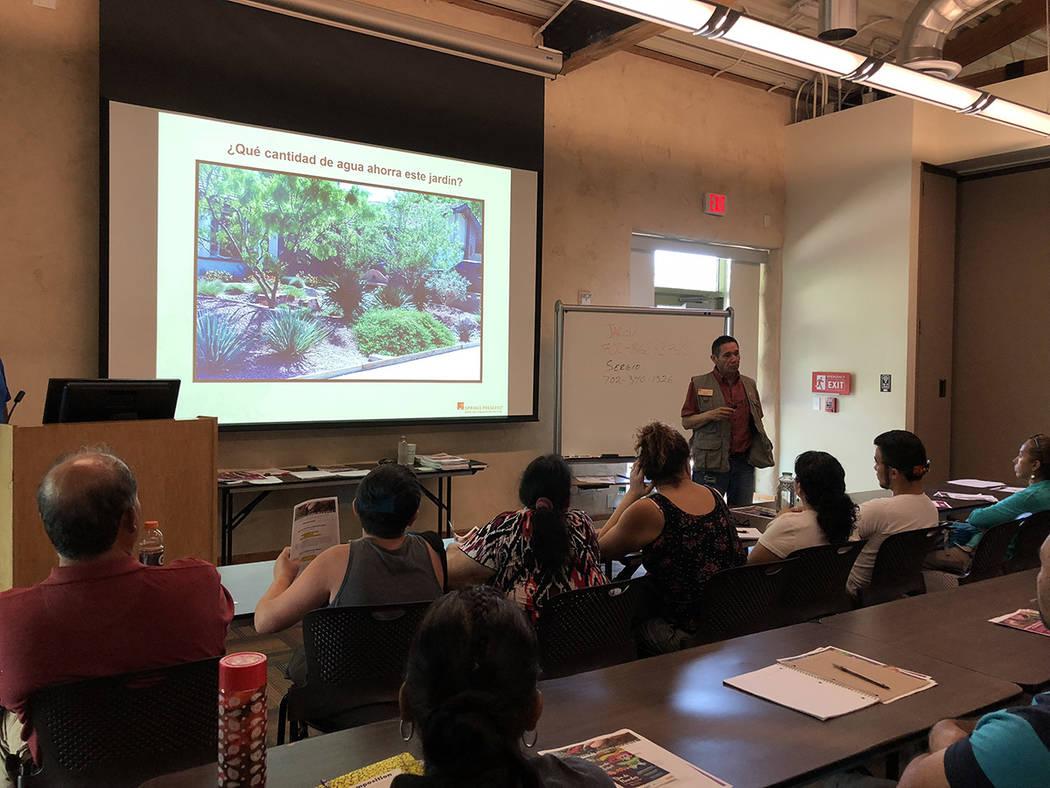 Sergio Jiménez enseñó por qué es conveniente cambiar el jardín tradicional. El 28 de julio de 2018, en Springs Preserve. Foto Valdemar González / El Tiempo - Contribuidor.