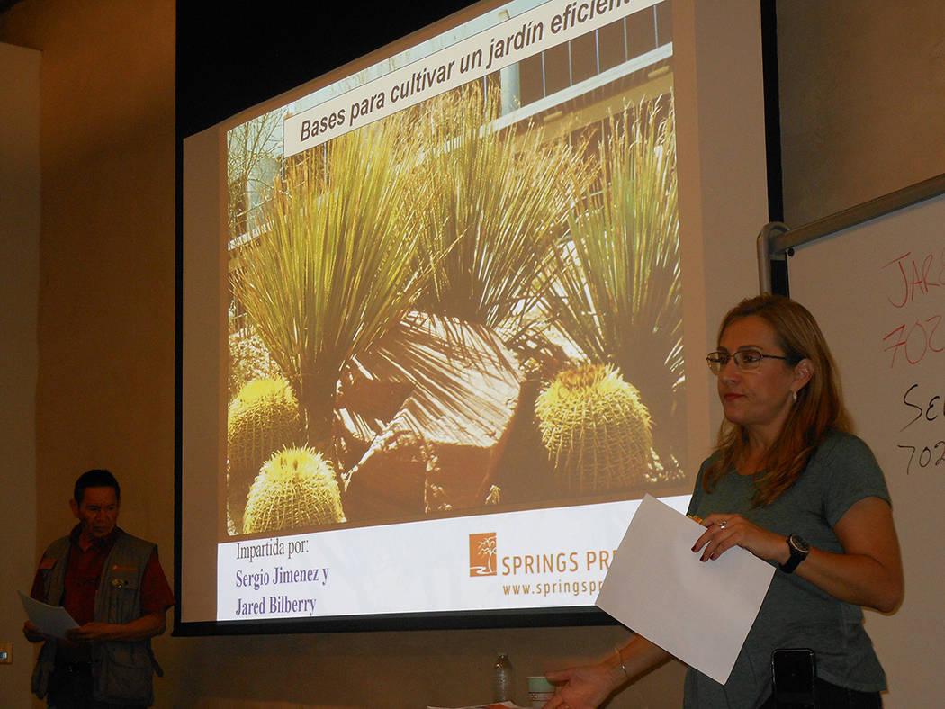 """Adriana Picazo, de la SNWA, presenta la clase """"Bases para cultivar un jardín eficiente"""". El 28 de julio de 2018, en Springs Preserve. Foto Valdemar González / El Tiempo - Contribuidor."""