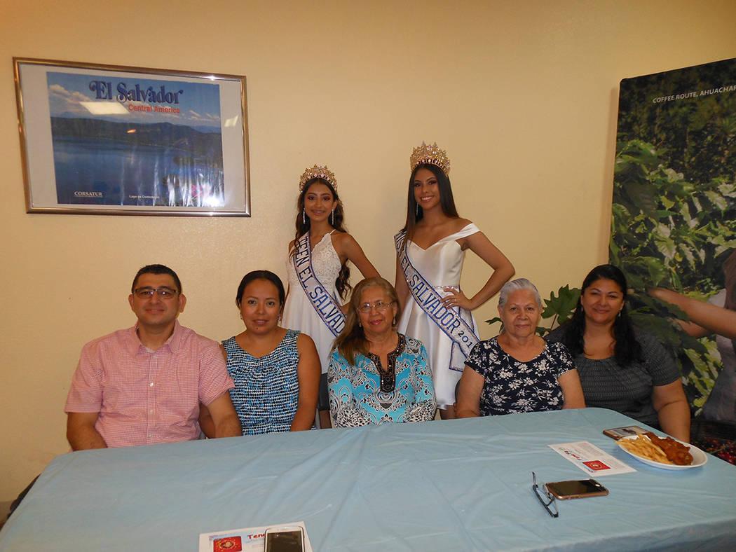 Las familias Hernández y Nevárez con dos jovencitas representantes de la belleza salvadoreña (de pie) durante evento centroamericano. El 28 de julio de 2018, en el consulado de El Salvador. Fot ...