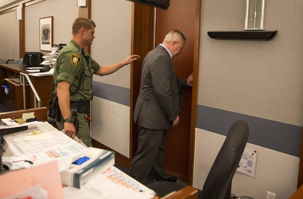 Jarom Boyes, a la derecha, sargento de la Fuerza Aérea, acusado de la muerte de su esposa por disparos, sale de la sala luego de ser declarado culpable de homicidio involuntario en el Centro de J ...