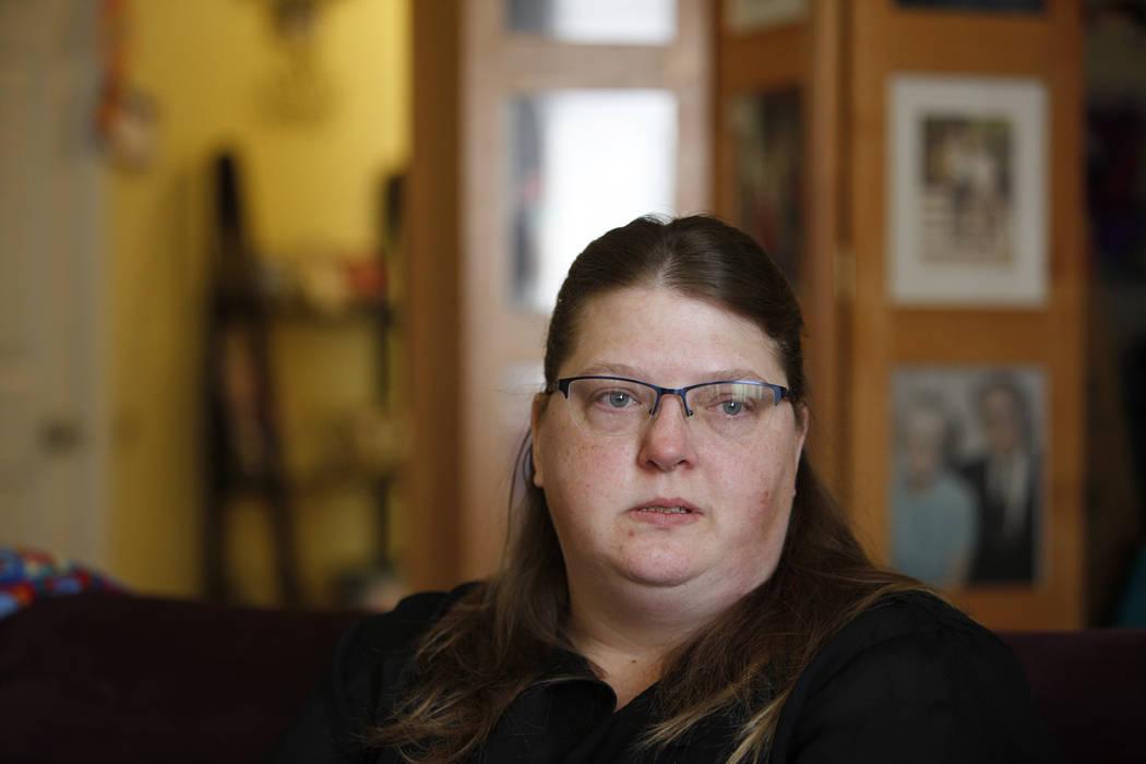 Carrie Olsen llora mientras habla sobre los problemas de salud de su hijo, Daemion Olsen, de 9 años, al Review-Journal en su casa de Las Vegas, el martes 31 de julio de 2018. Medicaid anunció un ...