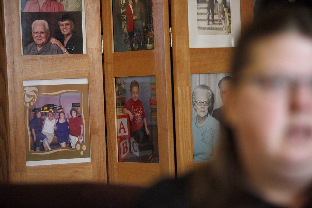 Fotos de la familia y Daemion Olsen, centro, detrás de Carrie Olsen mientras habla sobre los problemas de salud de su hijo al Review-Journal en su casa de Las Vegas, el martes 31 de julio de 2018 ...