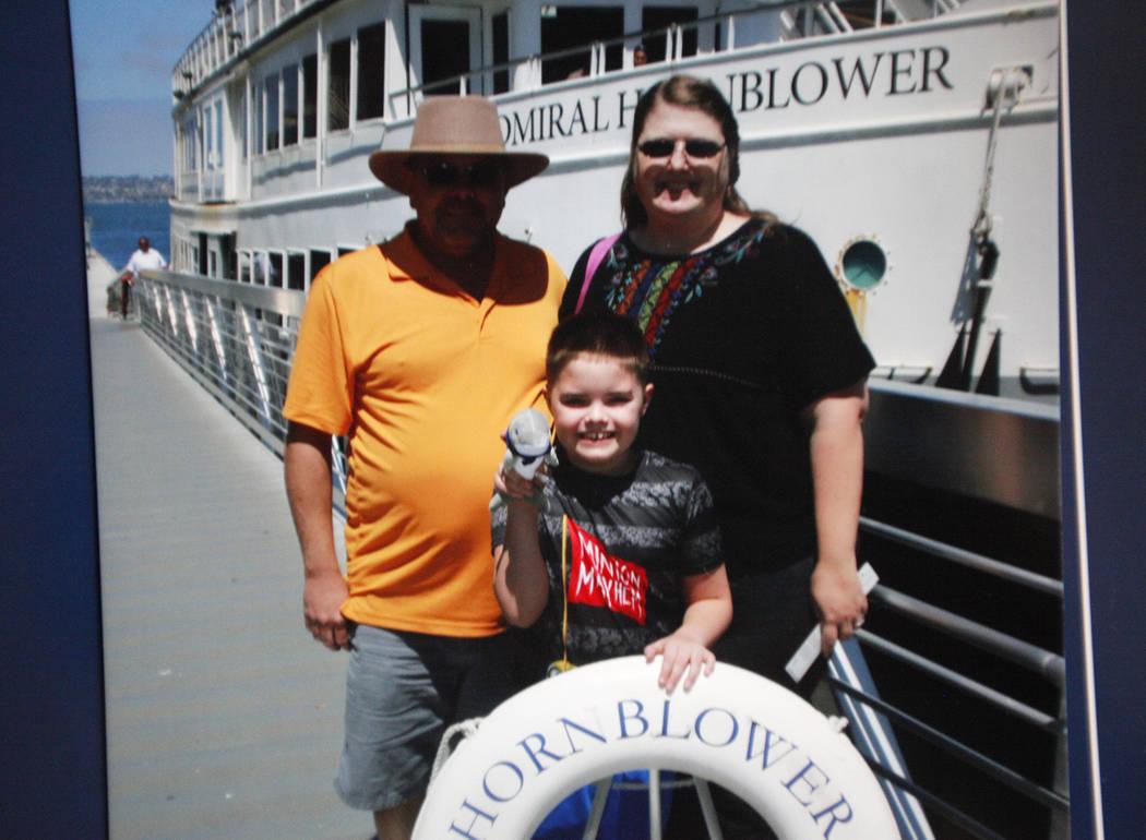 Una foto de Daemion Olsen, 9, con sus padres Jeffrey Olsen y Carrie Olsen en un reciente viaje a San Diego en su casa en Las Vegas, martes 31 de julio de 2018. Medicaid anunció una nueva regla en ...