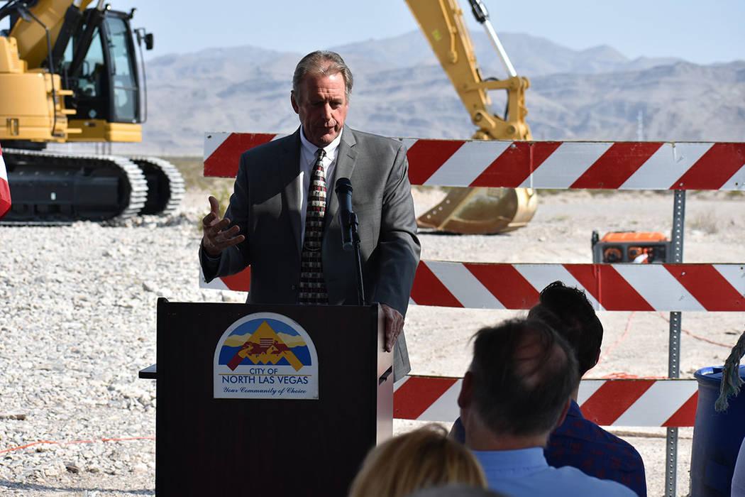 El alcalde de North Las Vegas, John Lee, dijo que este proyecto resolverá un problema de 20 años para llevar agua al Parque Industrial Apex. Martes 31 de julio en North Las Vegas. Foto Anthony A ...