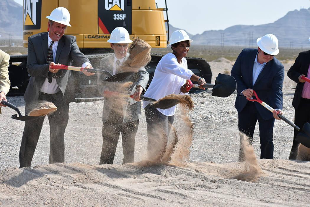 Funcionarios de North Las Vegas y representantes de las empresas asociadas tomaron una pala para representar el inicio del proyecto. Martes 31 de julio en North Las Vegas. Foto Anthony Avellaneda ...