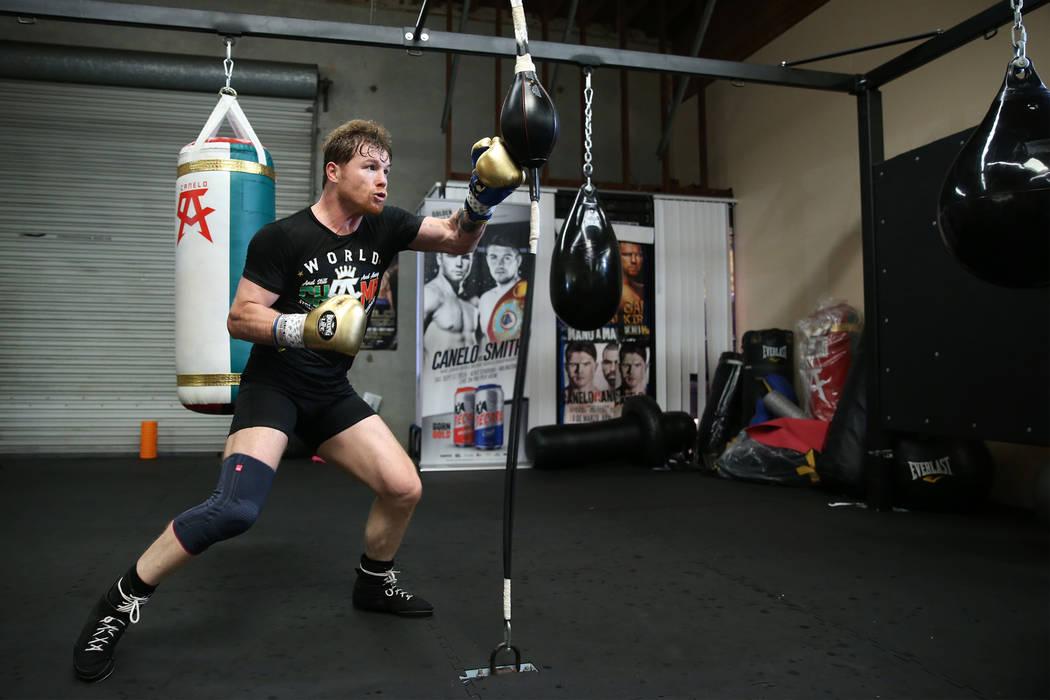 """El boxeador Saúl """"Canelo"""" Álvarez, a la derecha, se ejercita en su gimnasio en San Diego, California, el viernes 27 de julio de 2018. Erik Verduzco Las Vegas Review-Journal @Erik_Verduzco"""