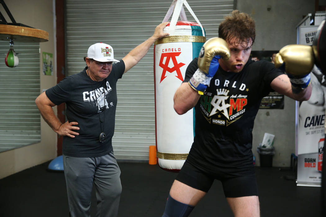 """El boxeador Saúl """"Canelo"""" Álvarez, a la derecha, trabaja mientras su entrenador José """"Chepo"""" Reynoso lo supervisa en su gimnasio en San Diego, California, el viernes 27 de julio de 2018. Erik V ..."""
