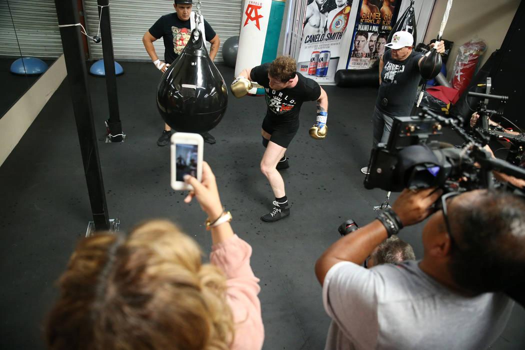"""Saúl """"Canelo"""" Álvarez, del centro, golpea la bolsa durante su entrenamiento en su gimnasio en San Diego, California, el viernes 27 de julio de 2018. Erik Verduzco Las Vegas Review-Journal @Erik_ ..."""