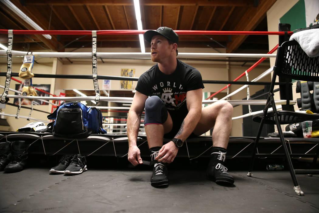 """Saúl """"Canelo"""" Alvarez se ata los zapatos antes de entrenar en su gimnasio en San Diego, California, el viernes 27 de julio de 2018. Erik Verduzco Las Vegas Review-Journal @Erik_Verduzco"""