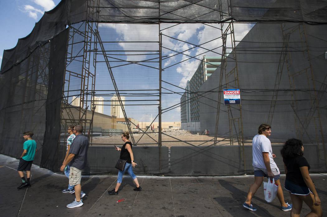 Los peatones pasan por el lugar donde está programado que se inaugure un Target en 2020, junto al Showcase Mall y el MGM Grand, en Las Vegas Boulevard el miércoles 1 de agosto de 2018. El lugar ...